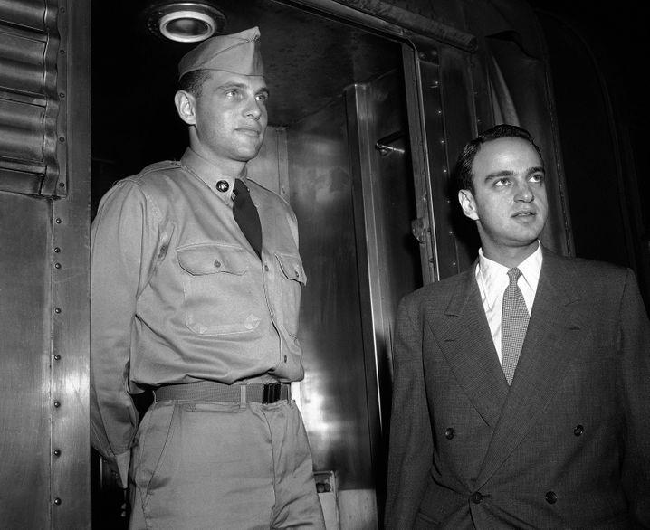 """Der Soldat und sein Freund: Roy Cohn (r.) und G. David Schine in Uniform (Aufnahme von 1954). Vom SPIEGEL 1954 als """"McCarthys Lotsenfische"""" bezeichnet, arbeiteten sowohl Cohn als auch der große, blonde Hotelerbe Schine für den antikommunistischen Senator; Cohn und Schine galten als Liebespaar. Millionen von Amerikanern verfolgten 1954 live am Fernseher die """"Army-McCarthy Hearings"""", die sich an der Frage entzündeten, inwieweit Cohn und McCarthy versucht hatten, Schines Einberufung zum Militärdienst zu verhindern."""