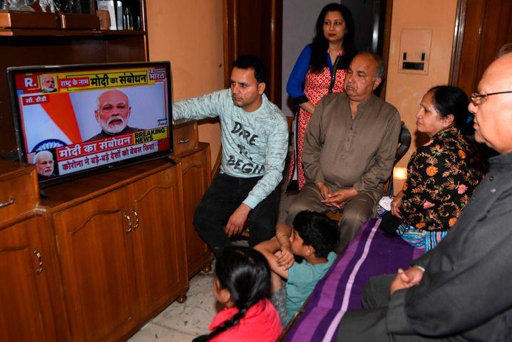 """Indiens Premierminister Modi hat Indien eine """"vollständige Ausgangssperre"""" verordnet. Das Land drohe um Jahrzehnte zurückgeworfen zu werden, wenn die Menschen nun nicht zu Hause blieben. Von der Maßnahme sind 1,3 Milliarden Menschen betroffen"""