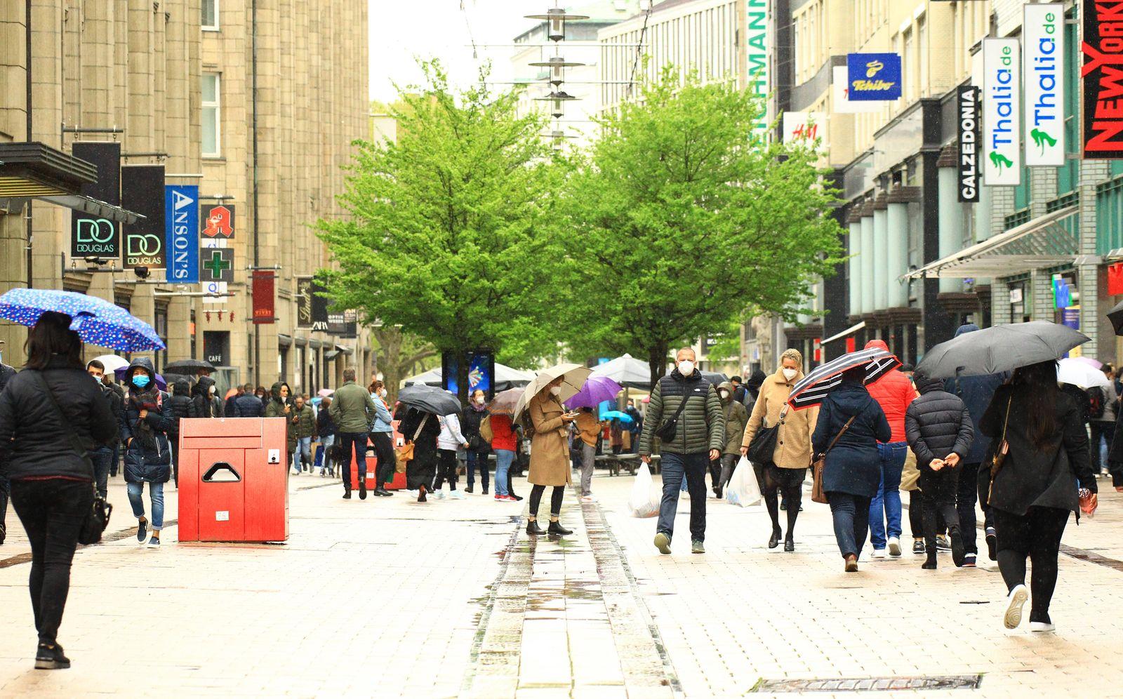 Kunden in der Spitalerstraße in der Innenstadt nach der Öffnung der Geschäfte. In Hamburg sind die Corona-Maßnahmen weg