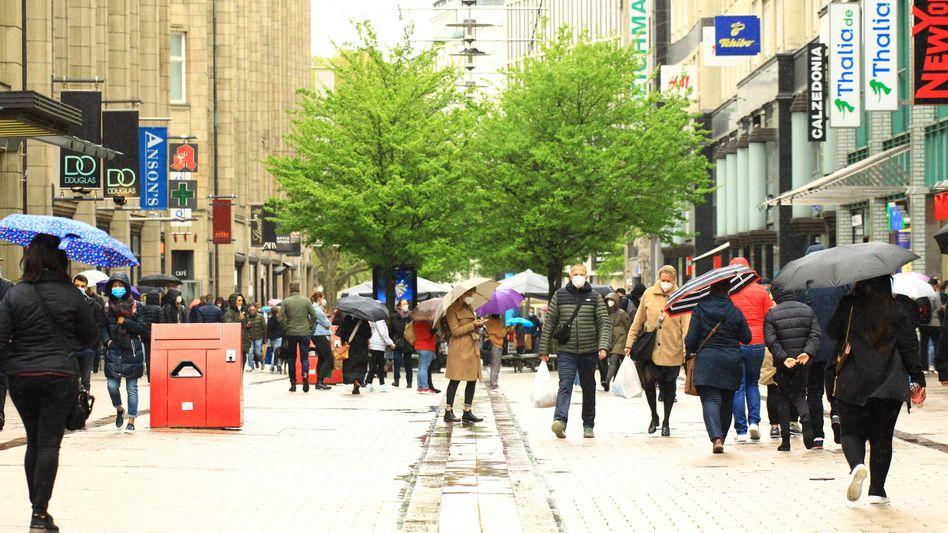 Kunden in der Hamburger Innenstadt nach Wiedereröffnung der Geschäfte: Optimismus nimmt zu