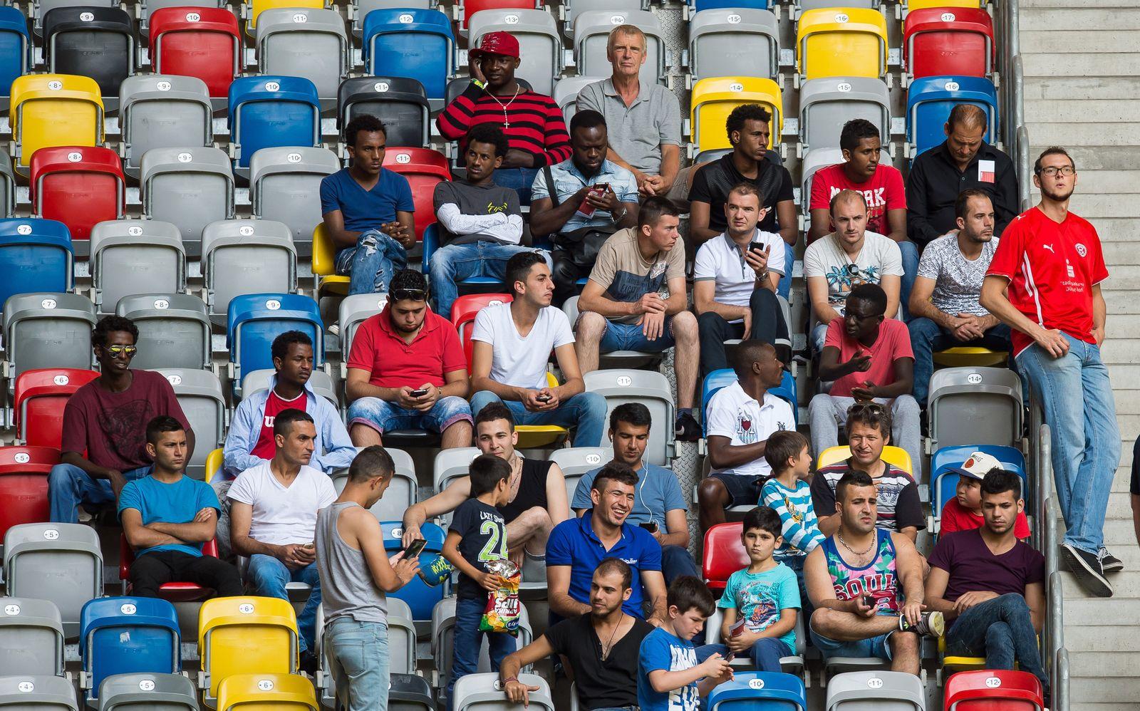 flüchtlinge im Stadion