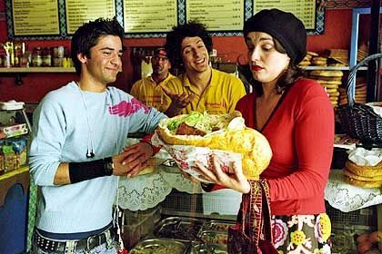 "Szene aus ""König von Kreuzberg"" (mit Fahri Ogün Yardim, M., Navid Akhavan, l.): ""Cheers"" für Teetrinker"