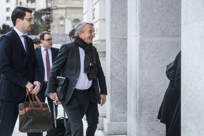 Bezeichnender Auftritt: Niersbach betritt lachend das Bundesstrafgericht im schweizerischen Bellinzona