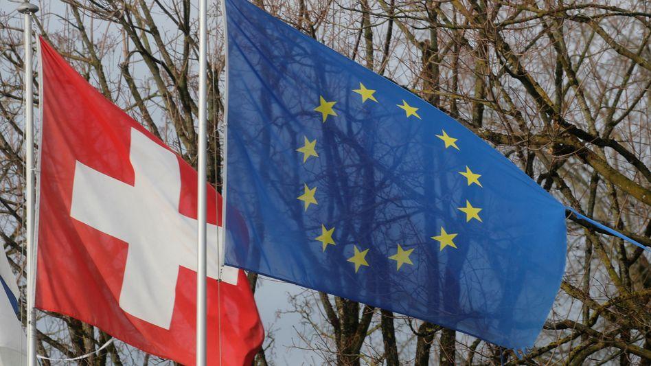 Fahnen der Schweiz und der EU