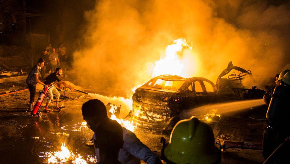 Brennende Fahrzeuge in Kairo - ein Autounfall soll zu einer Explosion geführt haben