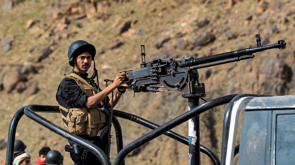 Huthi-loyale Sicherheitskräfte an der Front: Schwere Kämpfe seit Februar