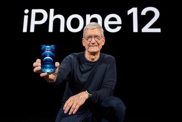 Fototermin nach der Präsentation: Tim Cook hält ein iPhone 12 in die Kamera
