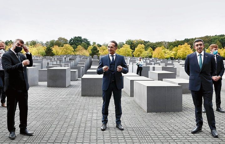 """Foreign Minister Maas with his Israeli counterpart Gabi Ashkenaziand his United Arab Emirates counterpart Abdullah bin Zayed at the Holocaust memorial in Berlin: """"We have become a mediator."""""""