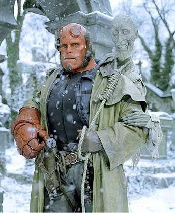 Hellboy (Ron Perlman) im Einsatz: Zigarrenstumpen mit dem Stromkabel anzünden