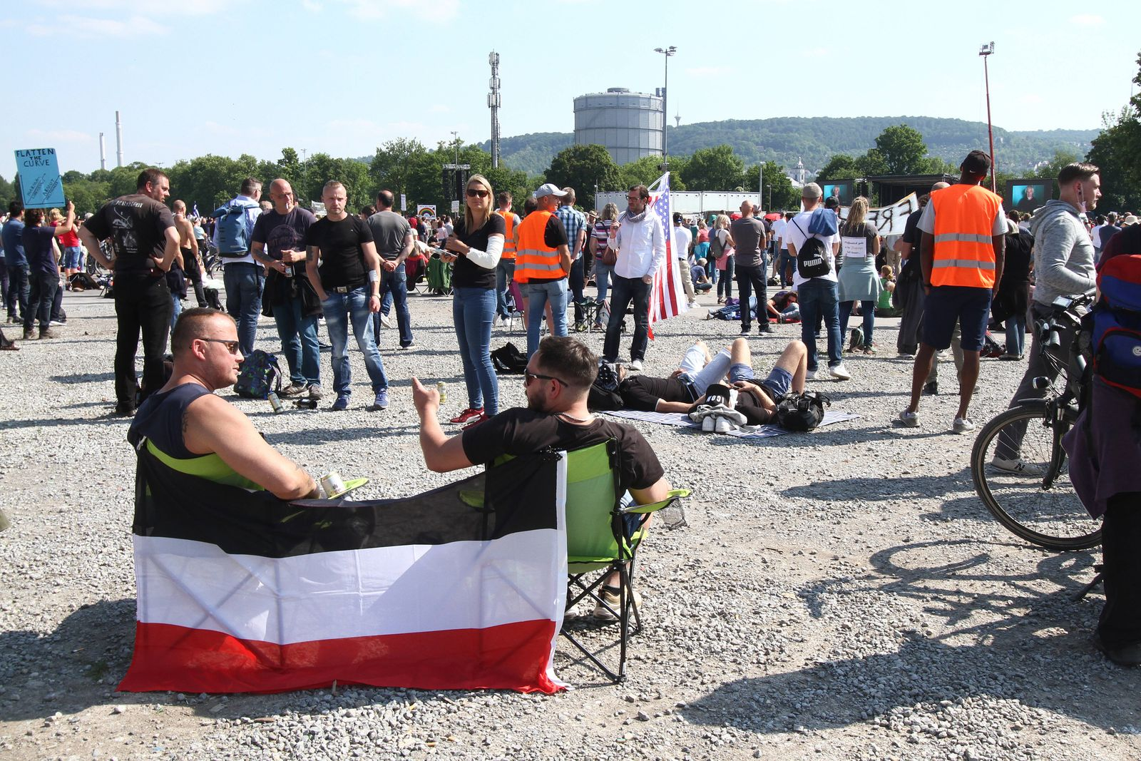 Unter dem Motto Querdenken fand auf den Wasen in Bad Cannstatt eine Demonstration und Kundgebung mit 5.000 Teilnehmern,