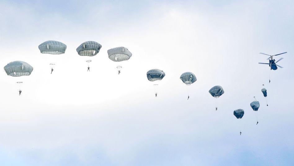 US-Fallschirmspringer beim Training in Bayern: Hohe Kosten für den Bund