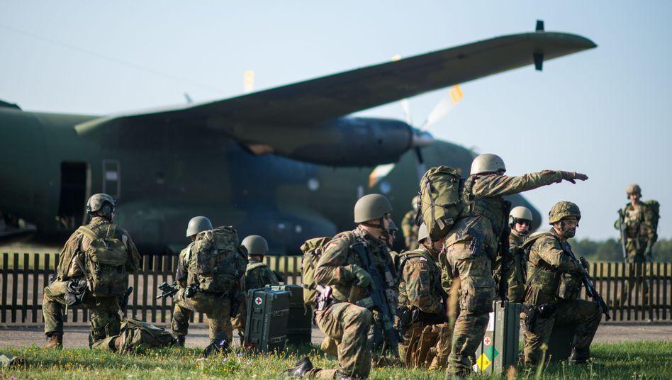 Fallschirmjägerübung im September 2018 in Sachsen-Anhalt: Um von der Leyens Erbe dürfte sich keiner reißen