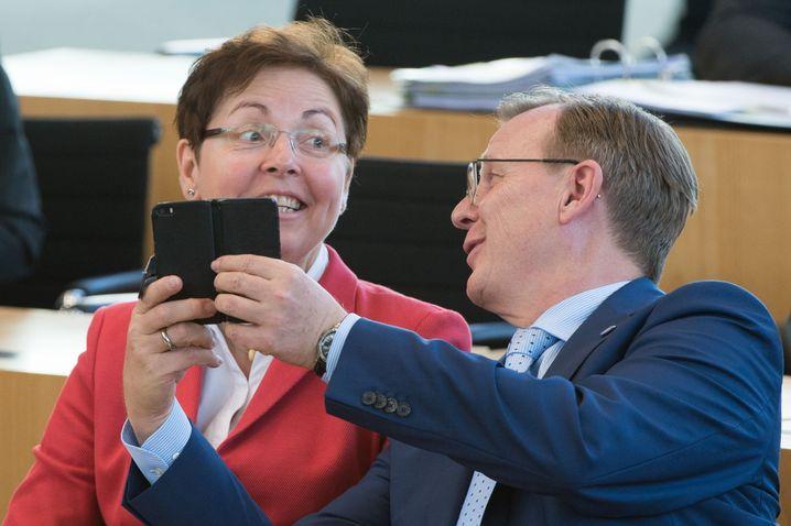 Selfie auf der Regierungsbank: Ministerpräsident Ramelow mit seiner Finanzministerin Taubert von der SPD