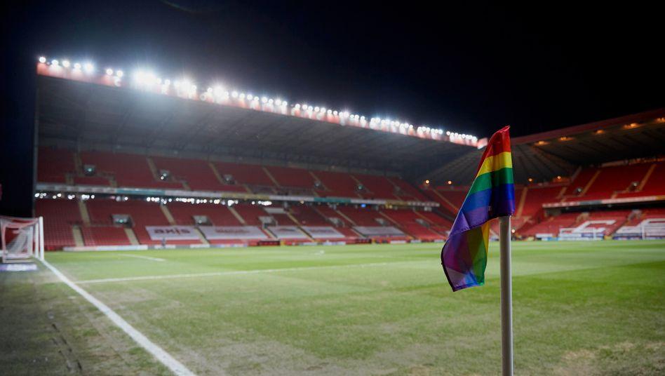 800 Profifußballer und -fußballerinnen wollen Mitspieler unterstützen, wenn sie ihre Homosexualität öffentlich machen möchten