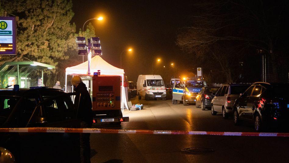 Einsatzkräfte in Augsburg: Das Gebiet um dieHaltestelleimAugsburgerStadtteil Pfersee war nach der Tat für mehrere Stunden abgesperrt