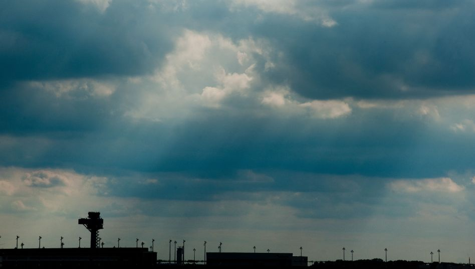"""Wolken über dem Flughafengelände in Schönefeld: """"Hart und unnachgiebig nachgefragt"""""""