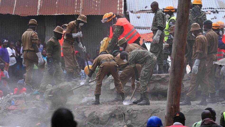 Hilfskräfte arbeiten an der Ruine in Nairobi.
