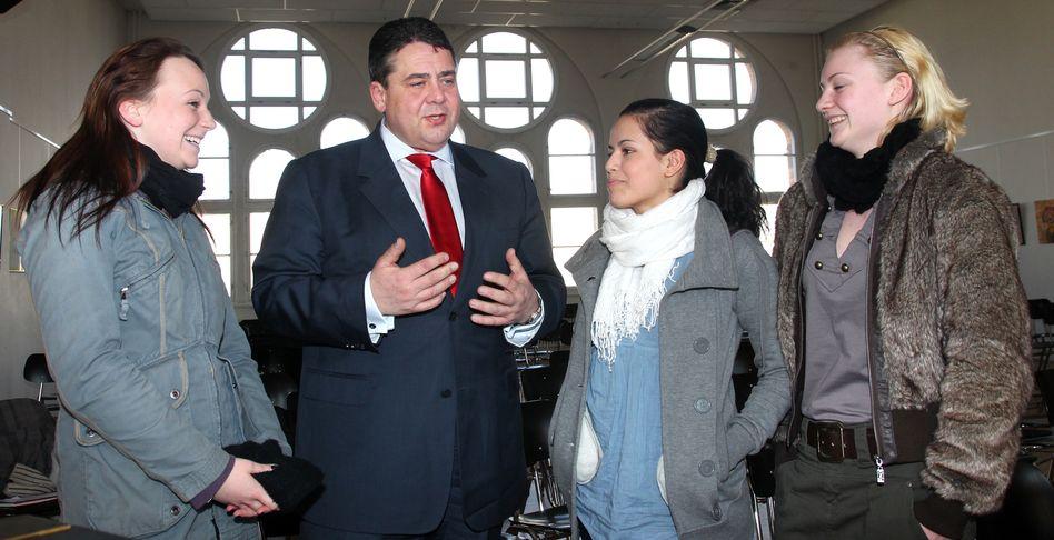 SPD-Chef mit Magdeburger Schülern (Archiv): Gabriel will Hausaufgaben abschaffen
