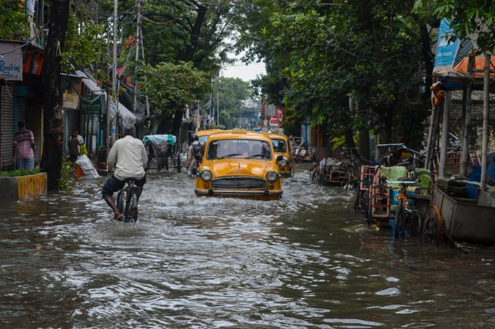 Ende Juli, eine Straße in Kalkutta im Osten Indiens