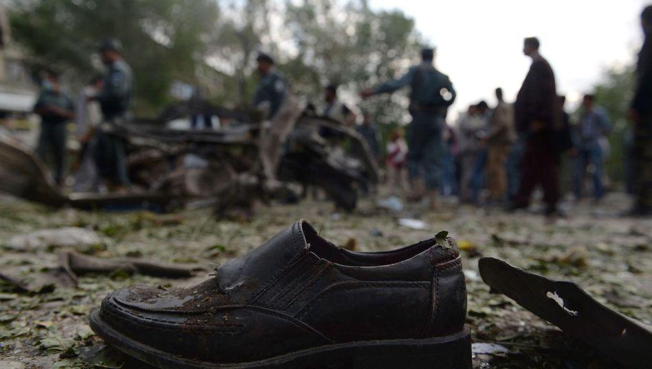 Schuh eines Opfers nach einem Selbstmordattentat in Kabul: Angriffe auf Regierungsmitarbeiter nehmen zu