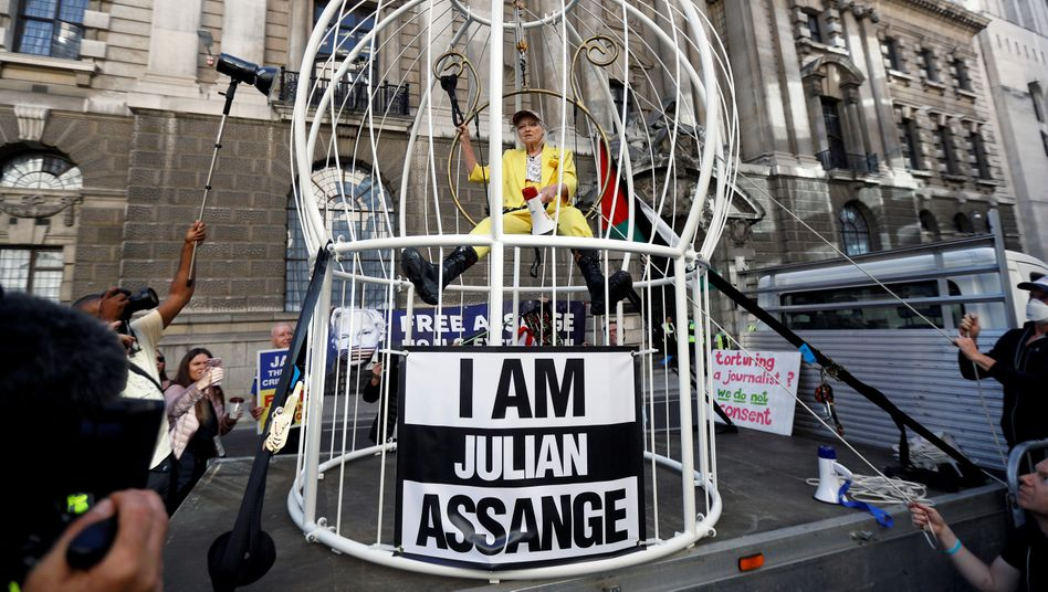 """Vivienne Westwood vor einem Londoner Gericht: """"Ich bin der Kanarienvogel im Käfig"""""""