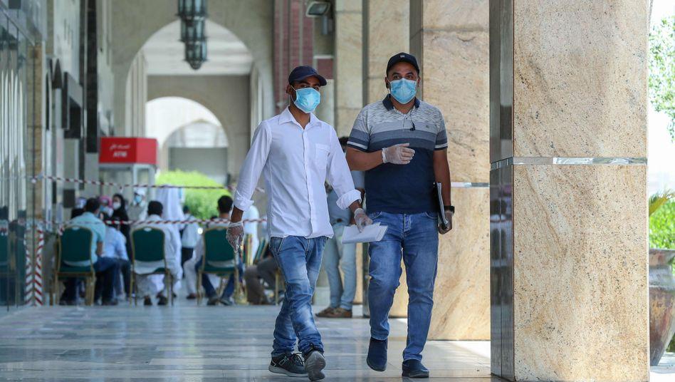 Fußgänger in Doha: Katar gehört zu den Ländern mit den höchsten Infektionsraten