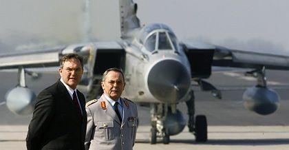 "Verteidigungsminister Jung, Generalinspekteur Schneiderhan (v. l.): ""Dann gelten andere Regeln"""