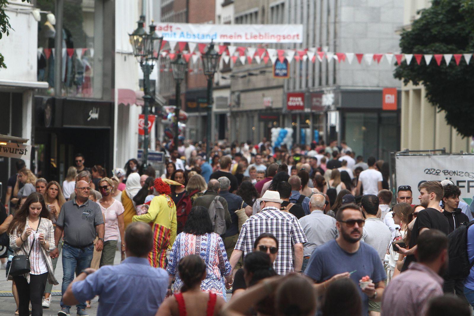 Nach der Lockerung der Schutzmaßnahmen und Wiedereröffnung der Geschäfte sieht die Einkaufsstraße und Fußgängerzone Flin