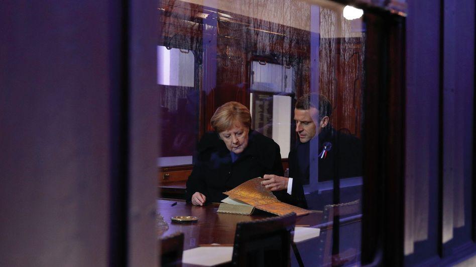 Kanzlerin Merkel, Präsident Macron im französischen Compiègne(*): Angriff auf das System