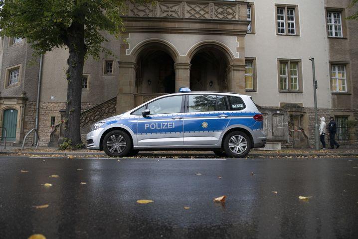 """Polizeiwagen vor dem Amtsgericht Pankow/Weißensee: """"Die Vorwürfe sind nicht aus der Luft gegriffen"""""""