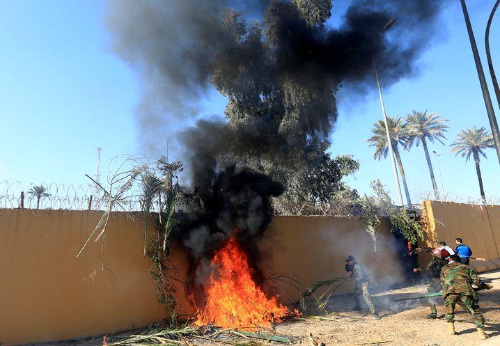 Angreifer setzen die Wand der US-Botschaft in Flammen