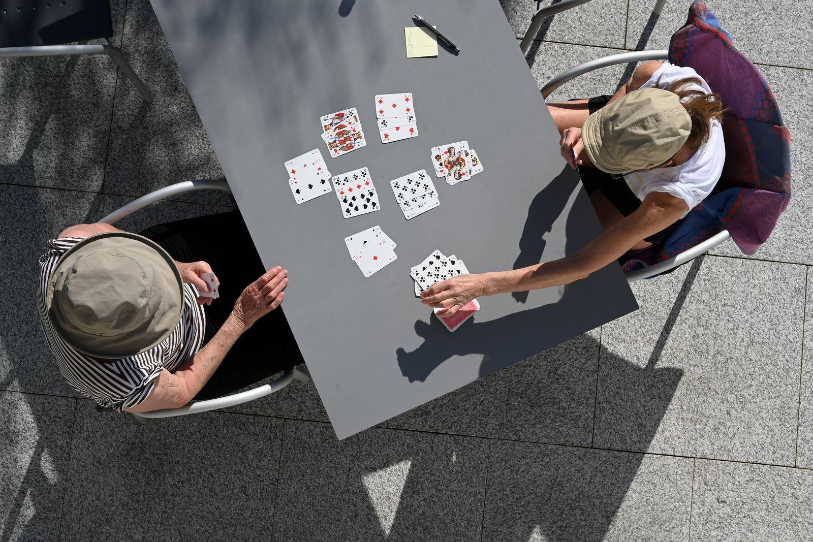 Karten spielen in der Frühlingssonne
