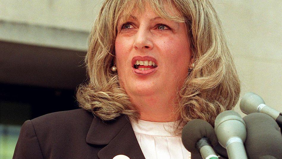 Linda Tripp (1998 nach einer ihrer Aussagen in der Lewinsky-Affäre): Am Mittwoch starb die frühere Pentagon-Angestellte