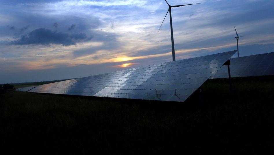 Windräder und Solaranlage in Kitzingen, Bayern