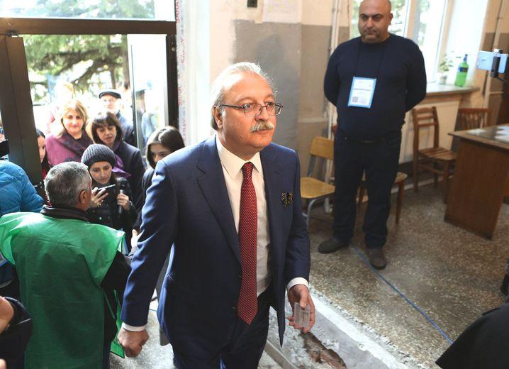 Grigol Waschadse im Wahllokal