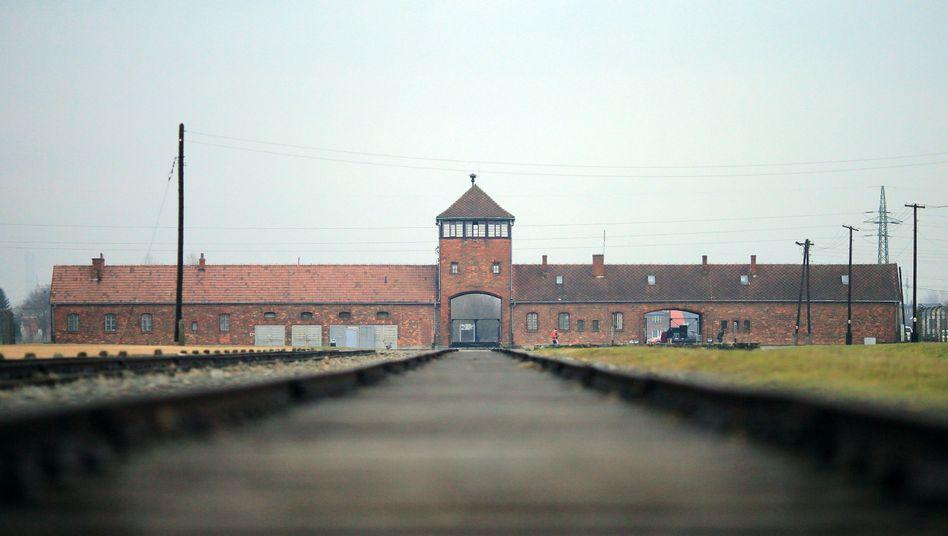 Gleise vor dem ehemaligen KZ Auschwitz (2016)