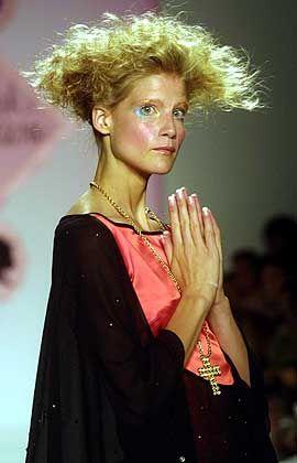 Klerikaler Look: Ein Model trägt ein Seidenkleid von Mark Montano. Halsketten mit Kreuz-Anhänger sind topmodern. Auch Madonna und Ex-Spice-Girl Victoria Beckham schmücken sich mit Brillanten besetzten Kreuzen