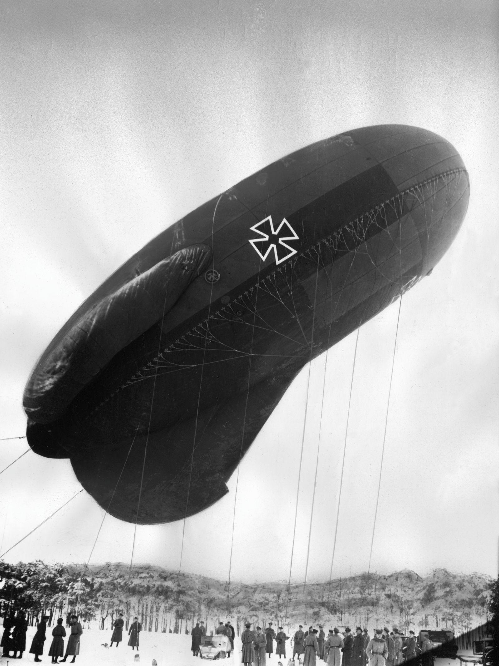 Vor dem Aufstieg eines deutschen Fesselballons zur Artillerieaufklärung