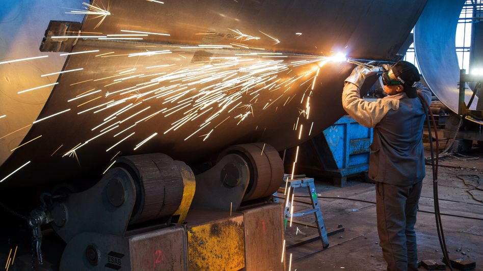 Arbeiten an einem Stahlsegment für einen Windradturm