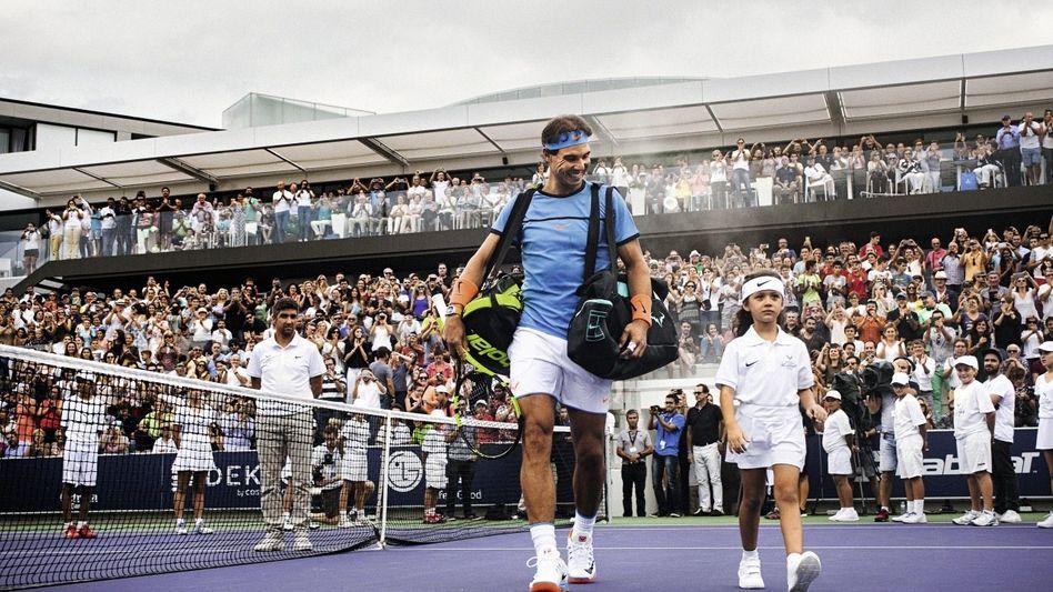 Tennisprofi Nadal auf dem Centre-Court seiner Anlage in Manacor