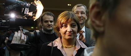 """""""Frauen, legt das Kopftuch ab""""!, forderte die Grünen-Politikerin Ekin Deligöz, 35, im Oktober 2006. Seither lebt sie unter Polizeischutz - Islamisten schickten Morddrohungen. Die nach eigenen Angaben gläubige Muslimin wurde in der Türkei geboren und kam im Alter von acht Jahren nach Deutschland. In Konstanz studierte sie Verwaltungswissenschaften; 1998 zog sie in den Bundestag ein."""