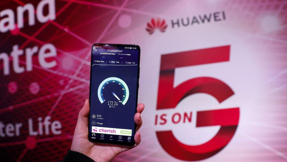 Ein 5G-Handy von Huawei: Das Unternehmen liefert für den Ausbau der neuen Mobilfunknetze wichtige Technologie