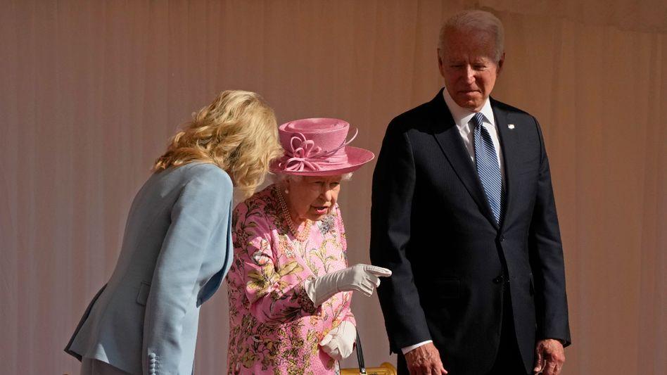 Joe Biden und die First Lady bei ihrem Empfang mit Queen Elizabeth: »Wir hatten ein langes Gespräch«