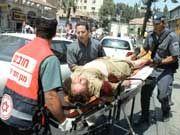 Bergungskräfte kümmern sich um einen Verletzten