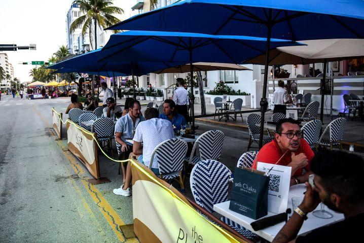 Essen mit Auflagen: Restaurant-Terrasse in Miami Beach