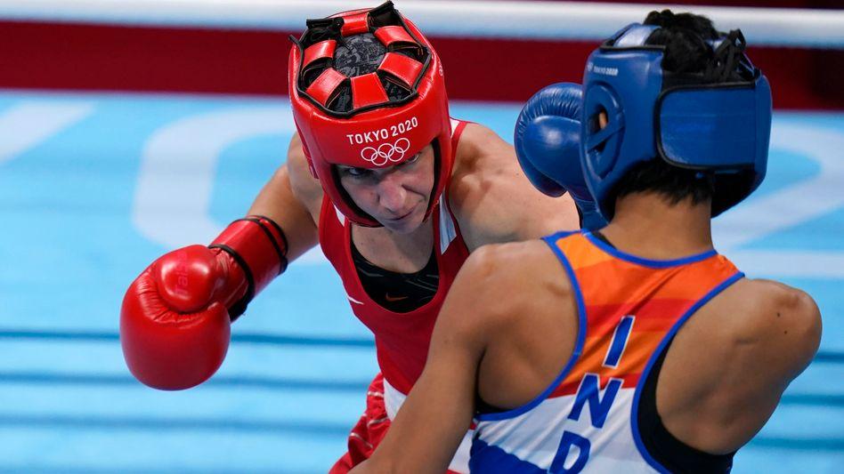 Nadine Apetz (in Rot) verlor knapp gegen Lovlina Borgohain