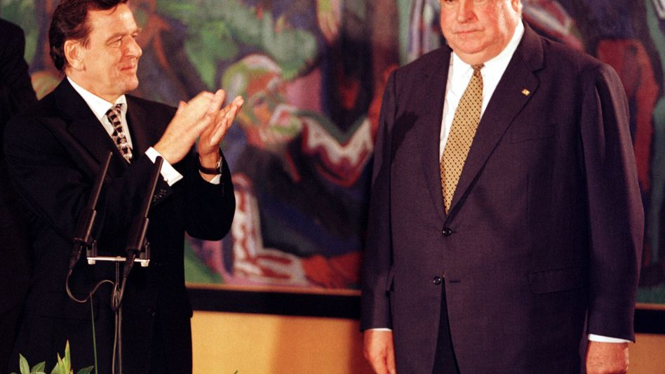 Gerhard Schröder applaudiert Helmut Kohl nach Schröders Wahl zum Bundeskanzler, 27. Oktober 1998
