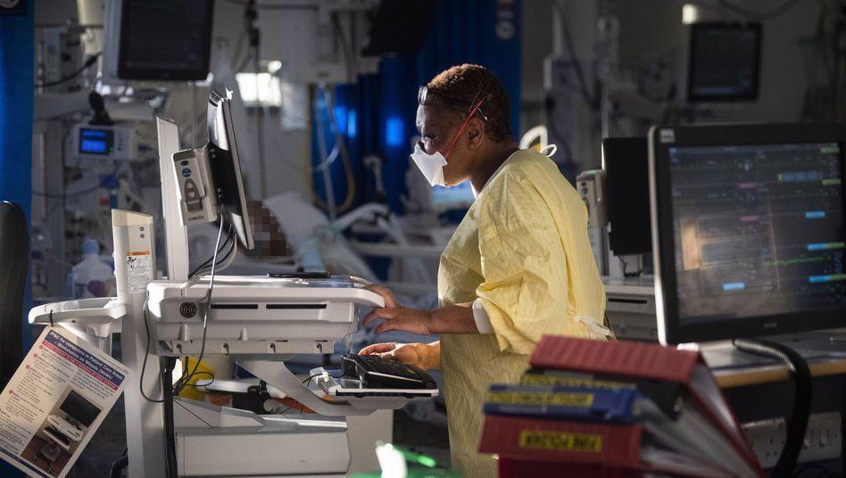 Eine Krankenschwester auf der Intensivstation im St George's Krankenhaus in Tooting – in der Klinik im Südwesten Londons wurde die Zahl der Intensivbetten zuletzt deutlich erhöht