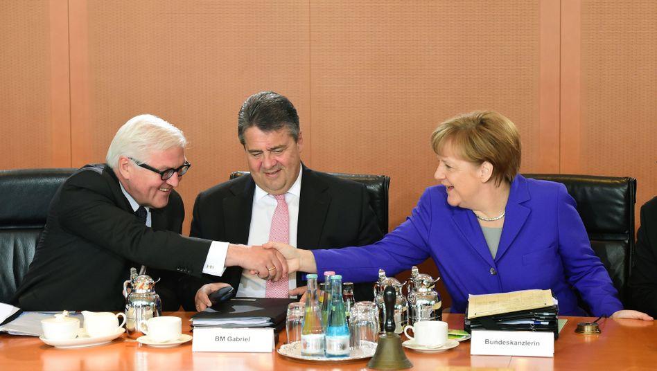 Steinmeier, Gabriel, Bundeskanzlerin Angela Merkel (v.l.)