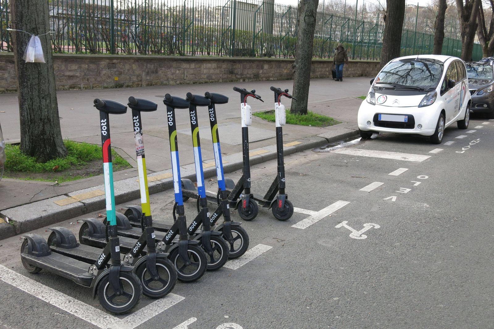 Mehrere Dott (ridedott / EMTransit) und Bird (Bird Rides) Elektroroller (eScooter / E-Scooter / electric scooter / Elekt